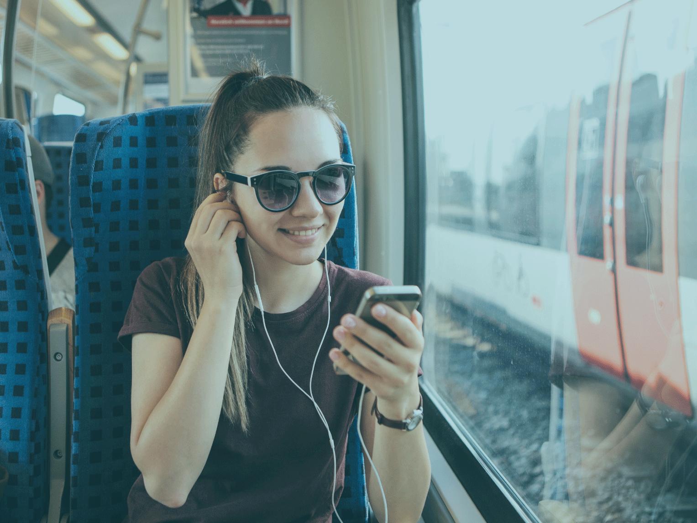 Junge Frau hört Podcast Canva (c) Franz12