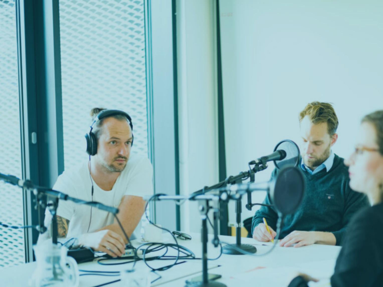 Daniel beim Aufnehmen eines Podcasts PODCASTWERKSTATT
